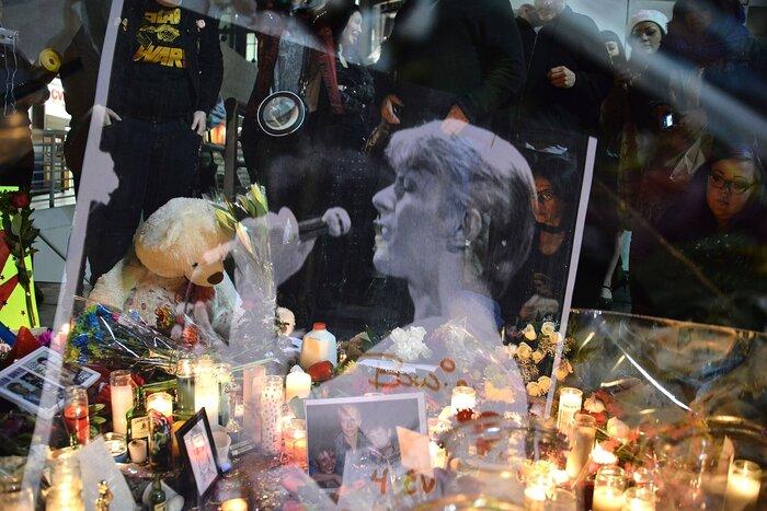 Поклонники Дэвида Боуи почтили его память на Аллее Славы в Голливуде