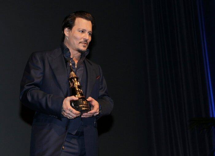 Фото дня: Джонни Деппу вручили награду на кинофестивале в Санта-Барбаре