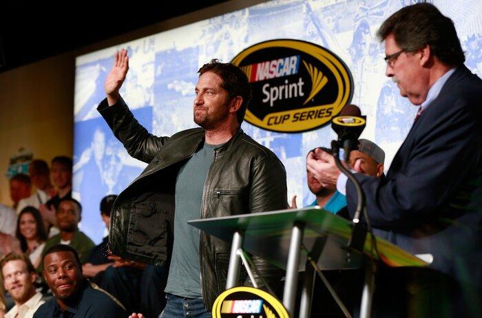 Фото дня: Джерард Батлер дал старт гонке NASCAR
