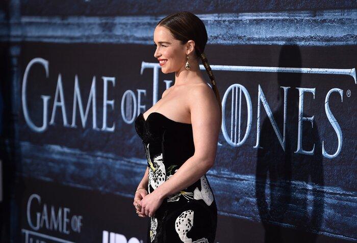 Фото дня: Эмилия Кларк в откровенном платье на премьере «Игры престолов»
