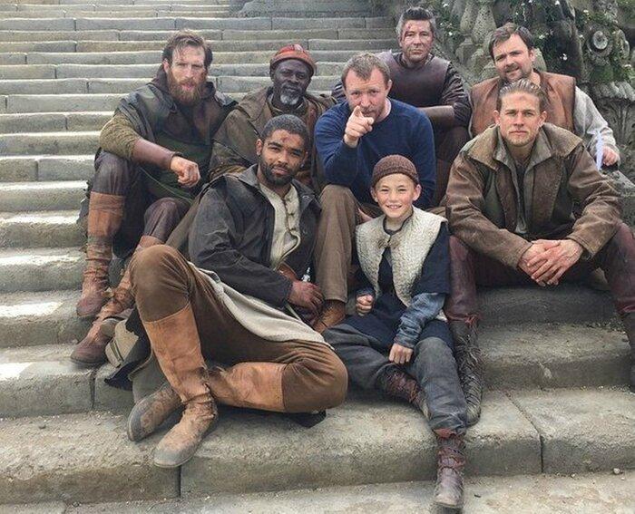 «Король Артур» Гая Ричи: представлены кадры из предстоящего фильма с Джудом Лоу и Чарли Ханнэмом