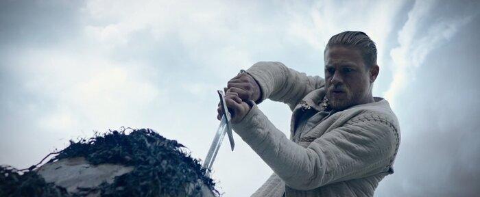 Актер из фильма меч короля артура 2018