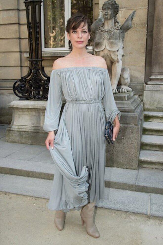 Фото дня: Милла Йовович выбрала романтическое платье для мероприятия в Париже