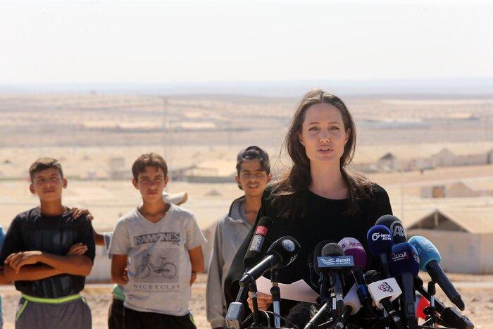 Фото дня: Анджелина Джоли посетила лагерь беженцев в иорданской пустыне