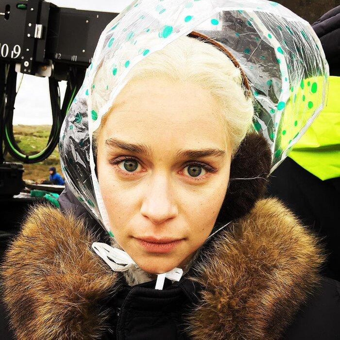 Фото дня: Эмилия Кларк промёрзла до костей на съёмках «Игры престолов»