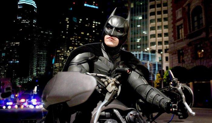 Британец в костюме Бэтмена открыл охоту на хулиганов. Видео