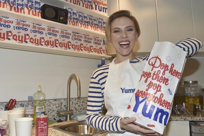 Фото дня: Скарлетт Йоханссон стала продавщицей попкорна в Париже