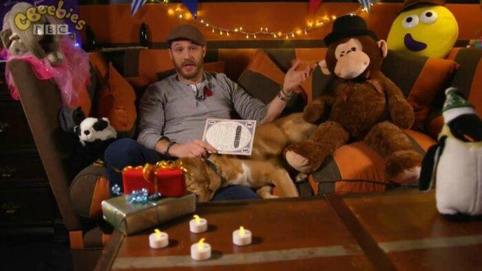 Том Харди и его собака прочитали детскую сказку в прямом эфире. Видео