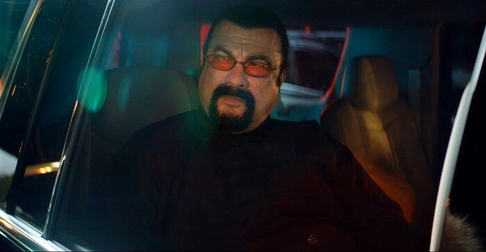 Стивен Сигал разобрался с автохамами в рекламном ролике «Мегафона»