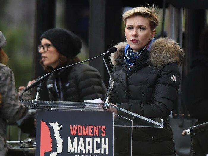 Скарлетт Йоханссон не смогла закончить речь на митинге против Трампа. Видео