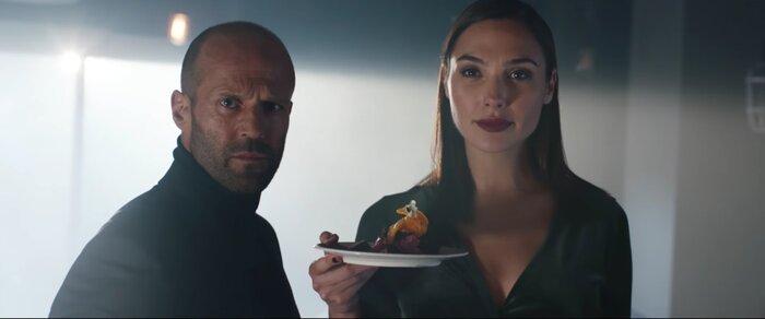 Джейсон Стэйтем и Галь Гадот громят ресторан в рекламном клипе