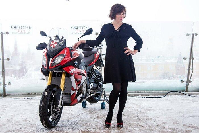 Фото дня: Милла Йовович покорила зимнюю Москву лёгким нарядом