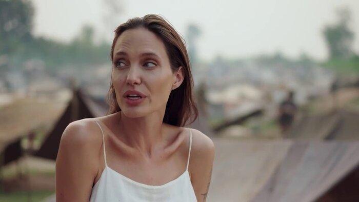 Анджелину Джоли обвинили в унижении камбоджийских сирот