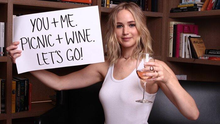 Дженнифер Лоуренс пригласила поклонников с ней выпить. Видео