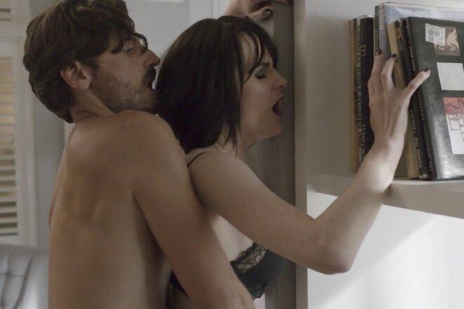 Секс-сцену из сериала «Хорошее поведение» называют слишком откровенной для ТВ (18+)
