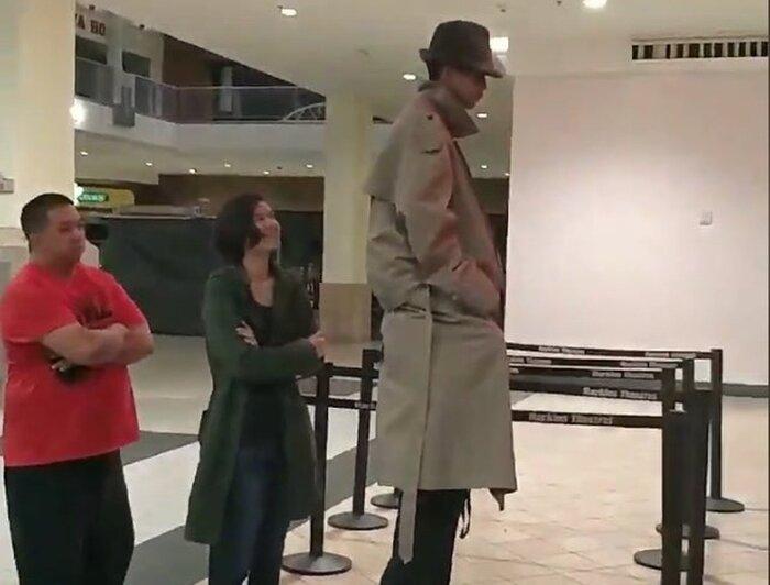 Трёхметровый мужчина смутил гостей американского кинотеатра