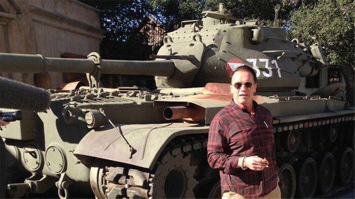 Шварценеггер переехал лимузин на своём танке.Видео